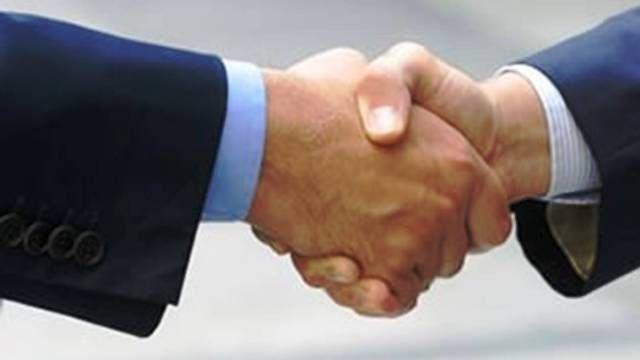 stretta_mano_contratto_compra_vendita_arreda_wettstein